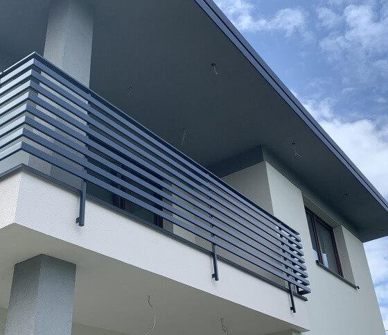 Balustrady metalowe na balkon montowane do czoła