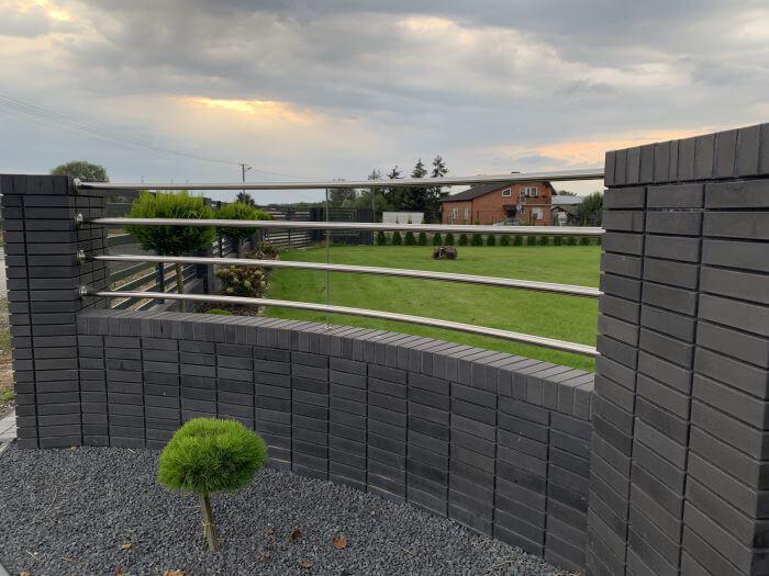 Nowoczesne ogrodzenie z przęseł nierdzewnych oraz kliknieru