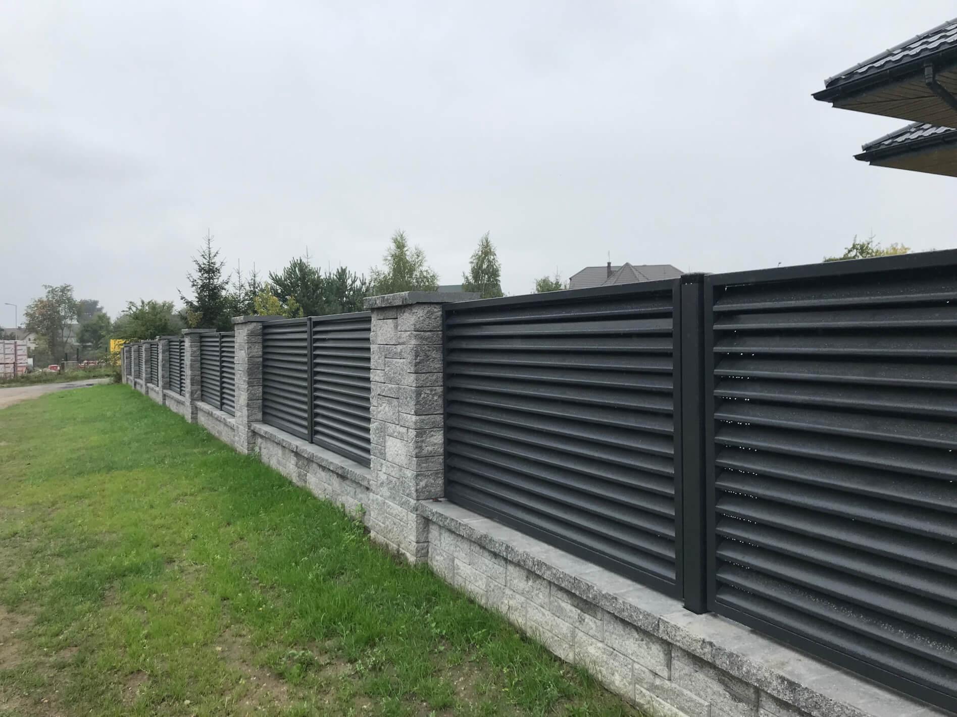 Nowoczesne ogrodzenie łupane z palisadą