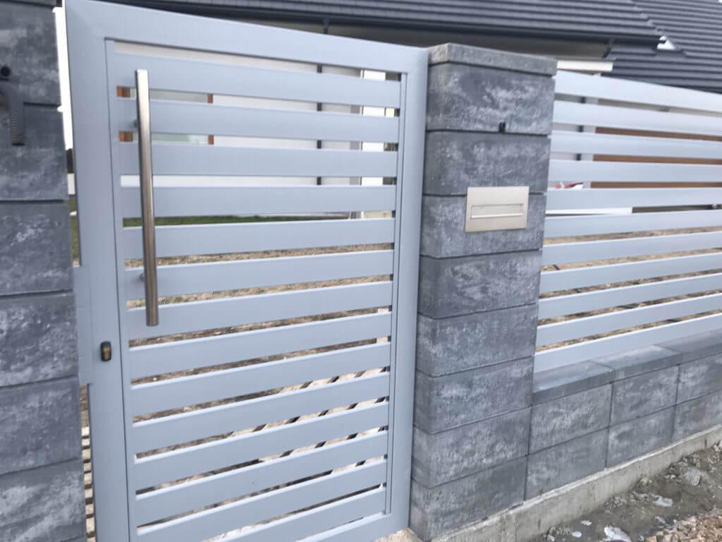 Ogrodzenie aluminiowe zfurtką orazskrzynką przelotową