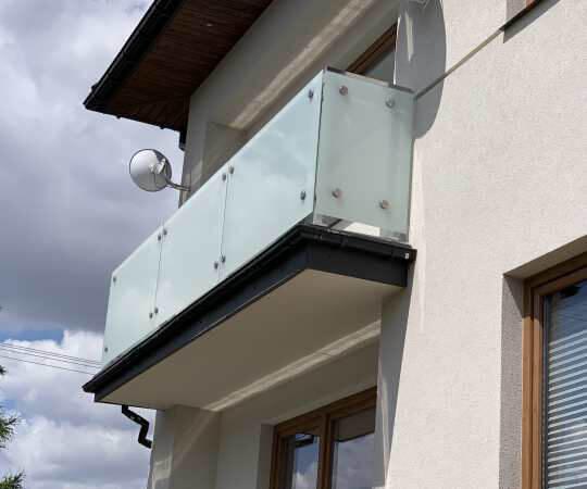Nowoczesna balustrada szklana na balon