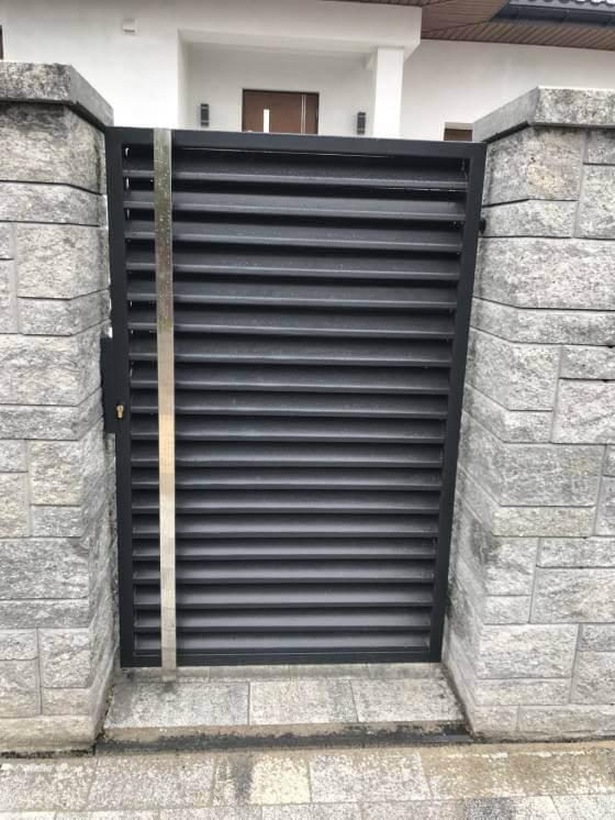 Ogrodzenie łupane z furtką z paneli palisadowych z antamą