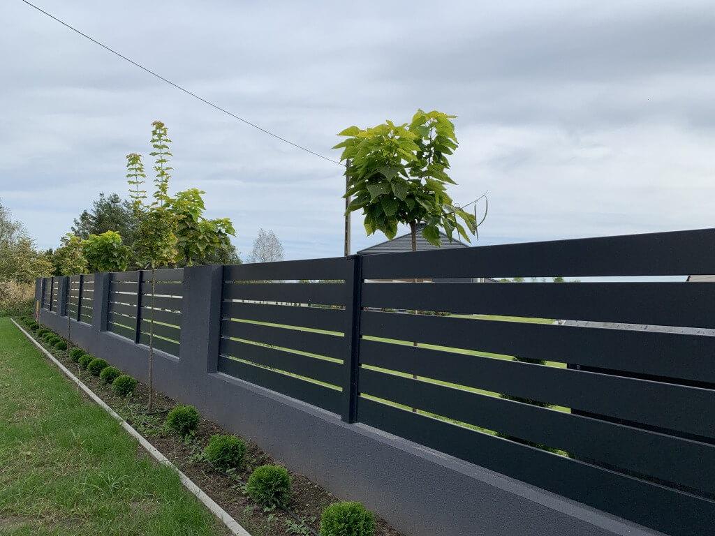 Ogrodzenie aluminiowe wkolorze ciemnego grafitu - plotex.net.pl