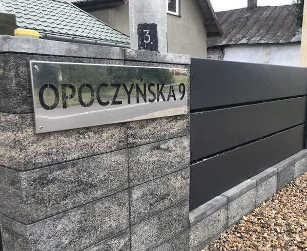 Nowoczesne ogrodzenia z tablicami z numerem domu