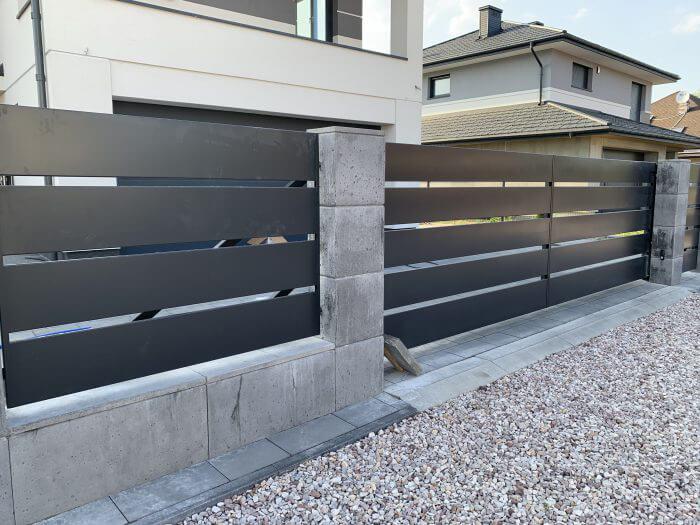 Ogrodzenie aluminiowe z bramą skrzydłowąProdukujemy i montujemy nowoczesne ogrodzenia aluminiowe