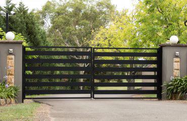 Brama wjazdowa typu palisadowego - Płotex