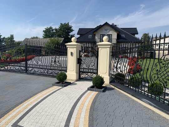 Klasyczne ogrodzenia frontowe kute bogato zdobione