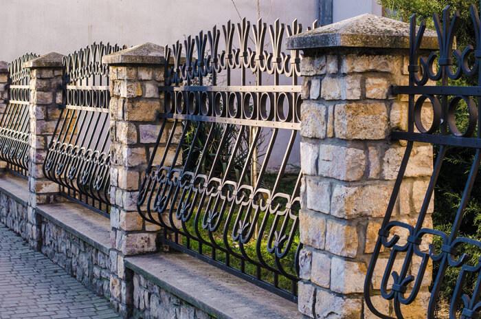 Klasyczne ogrodzenie kute