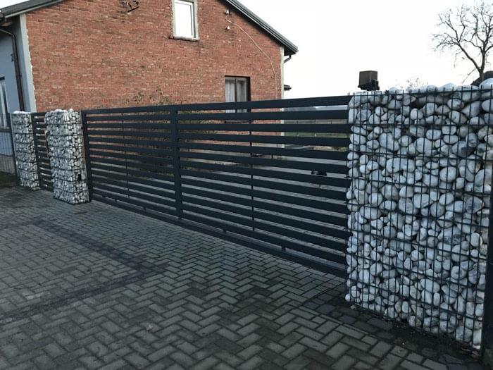 Nowoczesne ogrodzenie - połączenie metalowej palisady zgabionami