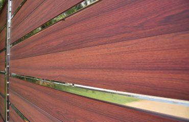 Nowoczesne ogrodzenie sztachetowe z desek aluminiowych imitujących drewno