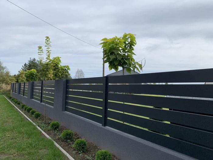 Nowoczesne ogrodzenie zaluminiowych poziomych przęseł wkolorze antracytowym