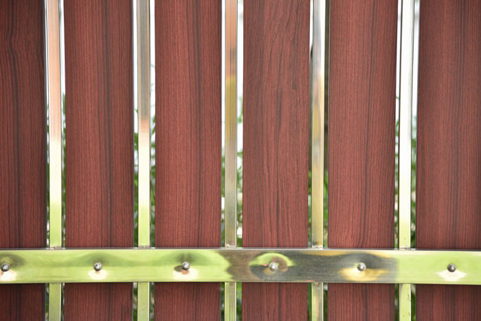 Ogrodzenie sztachetowe nowoczesne zpionowych desek aluminiowych drewnopodobnych