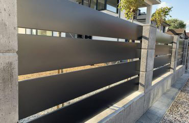 Ogrodzenie z betonu architektonicznego i aluminiowych poziomych sztachet