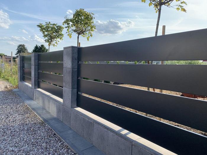 Płot zbetonu architektonicznego isztachet aluminiowych wkolorze antracytowym