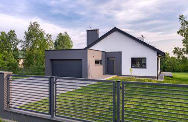 Dom z nowoczesnym ogrodzeniem metalowym poziomym