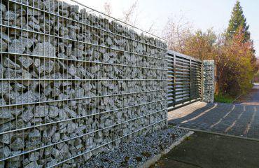 Nowoczesne ogrodzenie gabionowe i brama wjazdowa na posesję