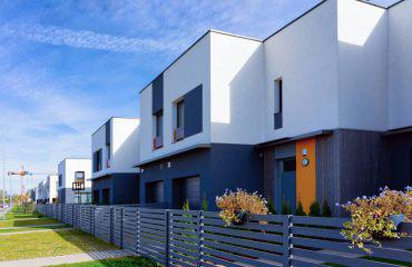 ogrodzenie poziome na osiedlu domów z płaskim dachem