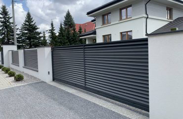 Ogrodzenie żaluzjowe palisadowe wraz z bramą od frontu domu jednorodzinnego