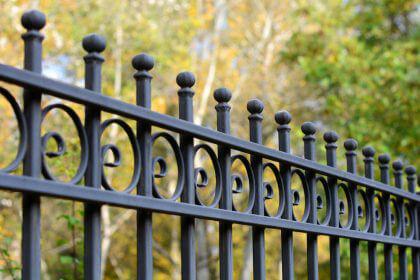 Koszt budowy ogrodzenia – z jakim wydatkiem trzeba się liczyć?