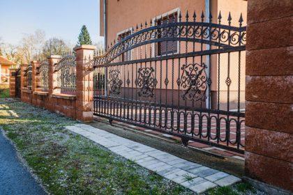 Brama kuta i korespondujące z nią stylistycznie przęsła ogrodzeniowe - plotex.net.pl