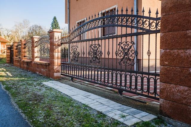 Brama kuta ikorespondujące znią stylistycznie przęsła ogrodzeniowe - plotex.net.pl