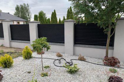 Nowoczesne ogrodzenie aluminiowe z solidną podmurówką - plotex.net.pl