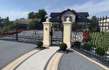 Ogrodzenie kute przy domu w klasycznym dworkowym stylu - plotex.net.pl