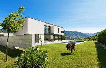 Dom w stylu nowoczesnym otoczony płotem z betonu architektonicznego - plotex.net.pl