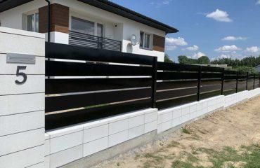 Ogrodzenie palisadowe zamontowane na pochyłym terenie - plotex.net