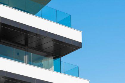 Szklane balustrady balkonowe - plotex.net.pl