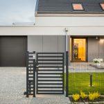 Ażurowe ogrodzenie przed domem