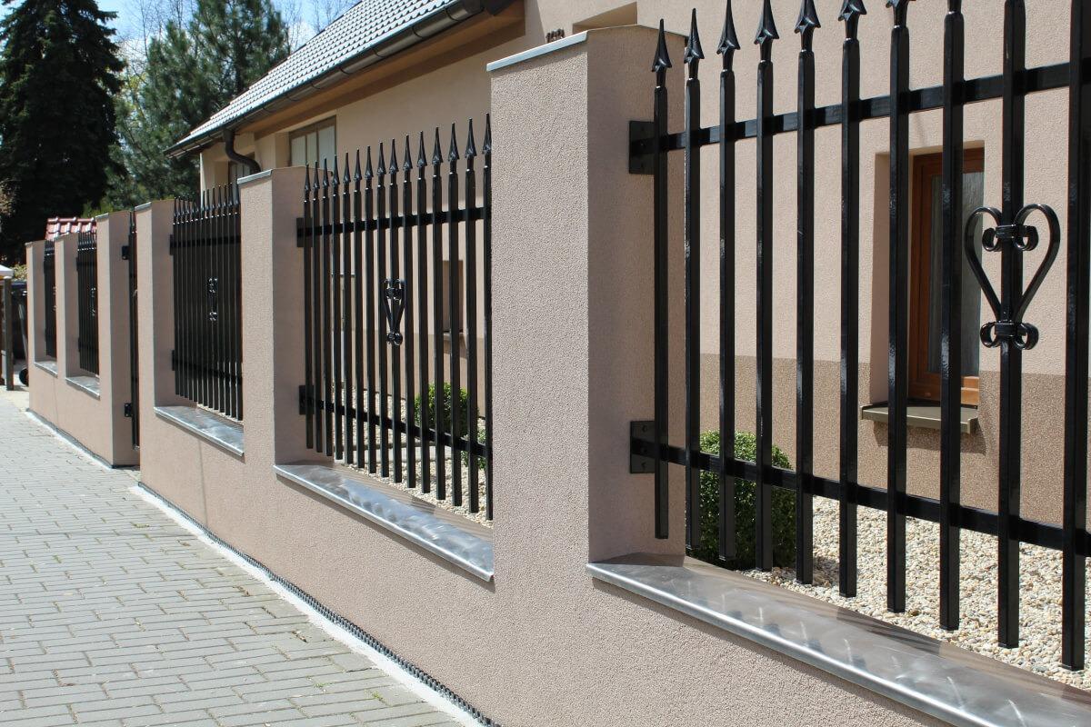 Eleganckie nowoczesne ogrodzenie przeddomem