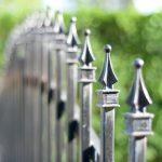 Zdobione zakończenie ogrodzenia metalowego